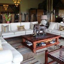Este estilo de decoração consiste em fazer uso de diversas referências a natureza e ao meio ambiente como por exemplo a utilização de itens feitos de pele, com estampas animais ou esculturas com inspirações e padronagens africanas.