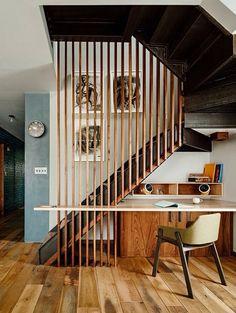 L'escalier caché par une claustra sert aussi d'appui à un coin bureau