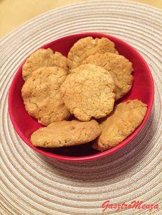 Ha sütizni van kedved, ne fájjon a fejed! Egyszerű a megoldás a büntetlen örömökre: ne használj cukrot és lisztet!  Hozzávalók 12-14 darabhoz: 150 g mandulaliszt/kétszer átdarált sótlan mandula40 g zabpehely1 tojás1 cs. sütőpor1 vaníliarúd40 g nyírfacukor A száraz… Healthy Recipes, Healthy Meals, Paleo, Cookies, Desserts, Food, Clean Eating, Crack Crackers, Tailgate Desserts