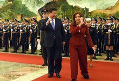 La presidenta Cristina Fernández de Kirchner en su gira por China POR FAVOR, QUIÉN LE DISEÑÓ EL TRAJE, ES CHICO DE TIRO, LAS PIERNAS DEFORMES, Y ARRUGADAS MAL,.....LO HABRÁ COMPRADO EN CHINA?