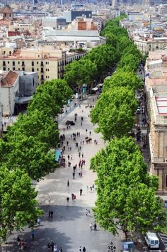 Les Rambles - People walking along this 1.2 km boulevard. #Barcelona # Ramblas