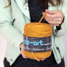 5 cosas básicas que debes saber al tejer con trapillo Love Crochet, Crochet Yarn, Knitting Basics, Vogue Knitting, T Shirt Yarn, Handmade Bags, Yarn Crafts, Couture, At Least