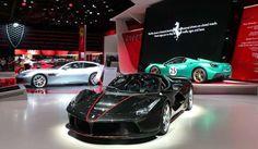 フェラーリは、正式発表を前にオフィシャル画像で存在を公開していたハイブリッドスーパーカー、「ラ フェラーリ」のオープンモデルをパリ モーターショーの会場でついにワールドプレミアした。その名は「ラ フェラ