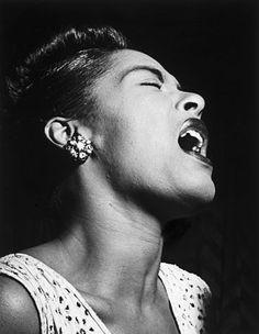 Eleanora Fagan Gough, conocida como Billie Holiday y apodada Lady Day, fue una cantante estadounidense de jazz. Junto con Sarah Vaughan y Ella Fitzgerald, está considerada entre las más importantes e influyentes voces femeninas del jazz.(1915-1959).
