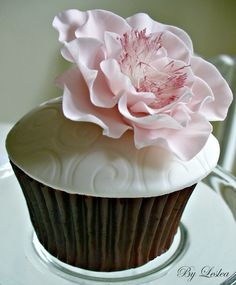 Pink open rose  #wedding cupcakes ... Wedding ideas for brides, grooms, parents & planners ... https://itunes.apple.com/us/app/the-gold-wedding-planner/id498112599?ls=1=8 … plus how to organise an entire wedding ♥ The Gold Wedding Planner iPhone App ♥
