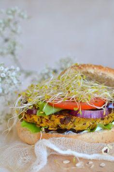 Vegetarian burger // Burger végétarien (Galettes de flocons d'avoine & légumes) >>> http://www.lesrecettesdejuliette.fr