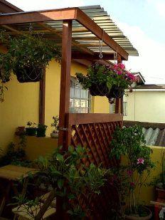 Plantas y decoracion en un balcon pequeno | Cuidar de tus plantas es facilisimo.com