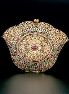 ~A minaudiere is like a miniature vanity case, for use as an evening accessory… Vintage Purses, Vintage Bags, Vintage Handbags, Vintage Outfits, Beaded Purses, Beaded Bags, Vintage Accessories, Fashion Accessories, Lipstick Case