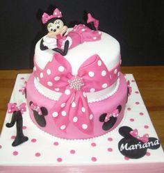 Imagen de http://www.cakepicturegallery.com/d/83538-2/Minnie+Mouse+2+tier+pink+first+birthday+cake.JPG.