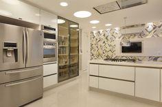 Cozinha com azulejos gráficos na parede - projeto Leila Dionízios #assimeugosto #cozinha