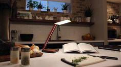 Kabelloses aufladen soll ein Verkaufsargument für bestimmte Smartphones sein. Wer ein #Smartphone besitzt, das sich per #QI- oder #PMA-Standard aufladen lässt, könnte sich über die schicke #OLED-Lampe #Aerelight #A1 freuen.