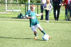 jongen speelt de bal