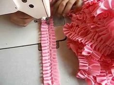 Aprenda a fazer magnificos tapetes de forma incrível e perfeita. Sewing Hacks, Sewing Crafts, Sewing Projects, Diy Crafts, Felt Flower Pillow, Diy Lace Trim, Kids Party Wear Dresses, Couture Sewing Techniques, Smocking Tutorial