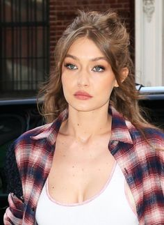 gigi hadid Gigi Hadid Photos - Model Gigi Hadid is spotted leaving her home in New York City, New York with her agent Luiz Mattos on April A mystery male model was also seen leaving Gigi's place with the 21 year old star. - Gigi Hadid Steps Out in NYC Estilo Gigi Hadid, Gigi Hadid Style, Pretty Hurts, Peinados Pin Up, Corte Y Color, Half Up Half Down Hair, Trendy Hairstyles, Gigi Hadid Hairstyles, Celebrity Hairstyles