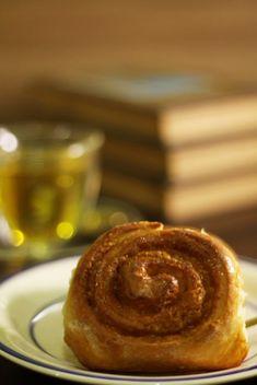 #cinnamon #cinnamonroll #pão #bread #receita #mododefazer #recepie #food #foodphotography #foodphoto Tapas, Cinammon Rolls, Cookies, Food And Drink, Breakfast, 1, Cinnamon Scrolls, Large Bowl, Brown Sugar
