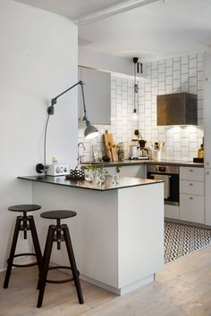 To improve the interior of your home, you may want to consider doing a kitchen remodeling project. This is the room in your home where the family tends to spend the most time together. If you have not upgraded your kitchen since you purchased the home,. Kitchen Interior, New Kitchen, Kitchen Dining, Kitchen Decor, Kitchen Bars, Kitchen Ideas, Design Kitchen, Modern Interior, Kitchen Island