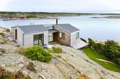 Home's Multiple levels: The cottage is built over and around the rock. Summer Cabins, Weekend House, Modern Barn, Cabin Design, Prefab Homes, Scandinavian Home, Little Houses, Villas, Modern Architecture
