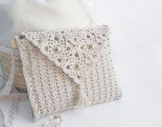 Favolosa borsa a forma di pochette molto elegante e ornata con delle perline.