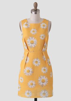 This gorgeous yellow dress features a textured, honeycomb-like design with a bold daisy print in hues of white, yellow, gray, and green. Finished with inverted pleats at the front and back and . Pretty Little Dress, Little Dresses, Cute Dresses, Cute Outfits, Dresses For Work, Vintage Inspired Dresses, Vintage Outfits, Vintage Clothing, Petite Outfits