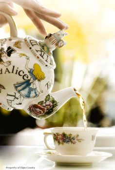 Tea Time (Alice in Wonderland Teapot) ~ Ana Rosa Party Set, Tea Party, Alice In Wonderland Teapot, Wonderland Party, Café Chocolate, Cuppa Tea, Teapots And Cups, Mad Hatter Tea, Madd Hatter
