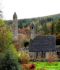 St Kevin's church and the round tower at Glendalough, Co Wicklow, Ireland, c. 900 - 1200 AD pic.twitter.com/4pypDcIU4x