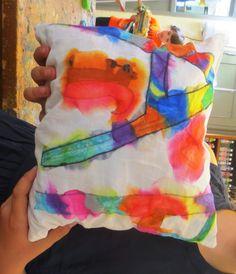 Kussentje met alternatieve tie dye met markers en ontsmettingsalcohol.