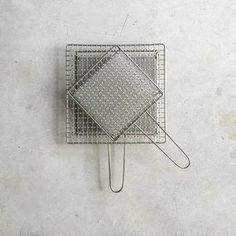 焼き網には足つきタイプや挟み焼きタイプなどもありますが、一番使い勝手がいいのはこちらの手付き焼き網。五徳に置くだけで美味しい焦げ目をつけてくれる焼き網です。食卓でカセットコンロの上で使ったり、お庭でちょっとしたものを焼きたい時にも便利です。辻和金網