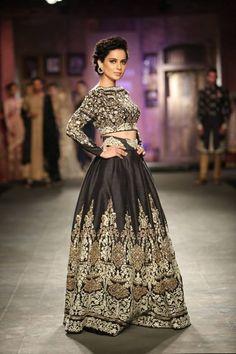 kangana ranaut Anju Modi at India Couture Week 2014 - black crop top lehenga Bollywood Bridal, Bollywood Fashion, Pakistani Bridal, Bollywood Lehenga, Bollywood Style, India Fashion, Asian Fashion, Indian Dresses, Indian Outfits