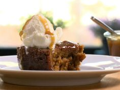 Sticky Toffee pudding / gâteau simple aux dattes et sauce au caramel Pudding Au Caramel, Sauce Au Caramel, Sticky Toffee Pudding, Solution Gourmande, Cute Marshmallows, Few Ingredients, Pudding Recipes, Food Lists, Baking Recipes