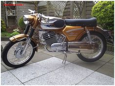zundapp ks 125 - Google zoeken Vintage Bikes, Vintage Motorcycles, Cars And Motorcycles, Motorcycle Images, Motorcycle Design, Moto Bike, Motorcycle Bike, 50cc Moped, Moto Guzzi