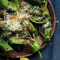 I det spanska tapasköket är pimiento de padron, små gröna paprikor, ett klassiskt inslag. Stek paprikorna i olivolja och smaksätt med lime, paprikapulver och parmesan. Vips har du ett lika enkelt som snabbt snacks att njuta av före middagen – eller på tapasfesten! Padron, Sugar And Spice, Seaweed Salad, Raw Food Recipes, Parmesan, Vegan Vegetarian, Tapas, Spices, Lime