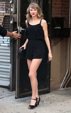 It's no question that Taylor Swift is a street style pro—the star consistently steps out in winning retro-inspired ensembles, with her latest being no exception. We loved her playful black romper so much, we found out exactly where to buy it! Estilo Taylor Swift, Taylor Swift Outfits, Taylor Swift Hot, Taylor Swift Style, Red Taylor, Swift 3, Black Romper, Black Jumpsuit, Manequin