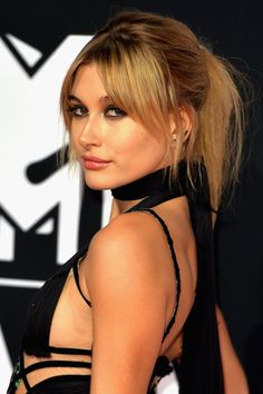 The model went all out for the 2015 EMAs, balancing a smoky eye and glossy lips with long bangs and a messy pony.