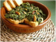 Típico plato andaluz de espinacas sofritas con ajo y piñones.
