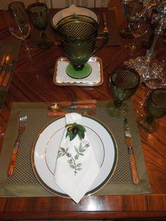 decoração mesa verde musgo