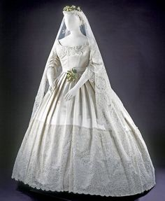... - fashions of the 1800's - Wedding dress, England, 1865. Silk
