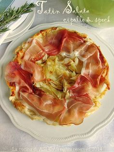 Tatin salata di cipolle e speck è una gustosissima torta salata che si ispira alla ben più famosa Tatin francese con mele caramellate