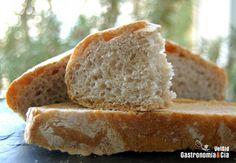 A pesar de que hacía días que esperábamos que llegara el Día Mundial del Pan, no habíamos pensado qué pan hacer para conmemorarlo, anoche a última hora nos detuvimos a mirar el nuevo libro de Richard Bertinet, Crujientes, para dejar preparada la masa madre, y escogimos este Pan Bretón.Teníamos las harinas necesarias para hacer el Pan Bretón, lo que no teníamos era la sel gris de la Bretaña francesa que le da nombre a este pan, así que la sustituimos por la sal negra de Hawai, que también…