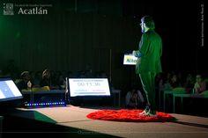 Eduardo Cisneros comparte con los asistentes a #TEDxUNAMAcatlán algunos ejemplos de buena publicidad.