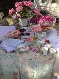 Shabby Chic Garden tea - this is so sweet Shabby Chic Garden, Wedding Arrangements, Table Arrangements, Shabby Vintage, Vintage Cups, Vintage Roses, Tea Service, Al Fresco Dining, My Tea
