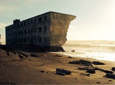 Abandoned house by the beach - Russia Abandoned Buildings, Abandoned Ships, Abandoned Places, Top Photos, Photos Du, Dame Nature, Nature Nature, Fishing Villages, Places Around The World