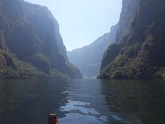 Cañón del Sumidero , Chiapas  Te impresionara con la altura de los peñascos a lo largo del río , podrás ver cocodrilos, monos y bueno la vegetación es bellisima #visitachiapas #travel #mexico #cañondelsumidero #chiapas #adventure
