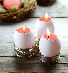 des bougeoirs DIY avec des coques d'oeufs sur la table