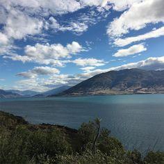 Lake Wanaka - à travers les montagnes et les lacs la route serpente à flanc de montagne et offre des panoramas grandioses! #purenewzealand #roadtrip #twitter