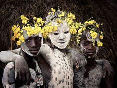 """Superbe travail photo du photographe Jimmy Nelson qui a réalisé de superbes portraits de plus de 35 tribus, ethnies ou plus simplement populations, de la Mongolie à la Nouvelle Zélande en passant par la Russie, la Papouasie Nouvelle Guinée, le Kenya ou l'Ethiopie. Son projet """"Before They Pass Away"""" nous livre un témoignage poignant sur une partie de l'histoire de l'humanité en train de disparaître. Un hommage photographique vibrant."""