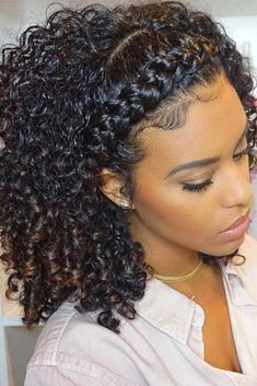 Do you have curly hair? It is not a problem, as you can easily curl your beautiful tresses for a look that is totally feminine and pretty. #curlyhair #curlyhairstyles #hairstyles
