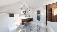 Pekná moderná dizajnová visiaca lampa vytvorená zo závesnej žiarovky. Lampa je zaujímavá svojou jednoduchosťou, ktorá je ozvláštnená naklonením žiarovky. Lampa sa vyrába v obľúbených farbách biela a čierna. Najlepšie vyzerá s led žiarovkou v štýle edison. Alcove, Bathtub, Led, Bathroom, Cluster Pendant Light, Standing Bath, Washroom, Bath Tub, Bath Room