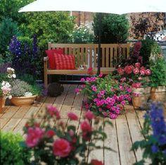 Banco madera rodeado de flores