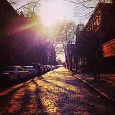 Sunshine and cobblestone streets in Manhattan. Top Hotels, Best Hotels, Usa Travel, Travel Tips, City Slickers, Paris At Night, Sky Photos, Amazing Buildings, Beautiful Sky