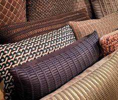 Almofadas com design. A marca Elisa Atheniense Home tem expertise em couro e no tresse de couro.    #decoracao #decor #details #casadevalentina #criative #arte #Paralela